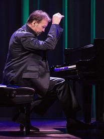 河南保利艺术中心11周年庆系列演出《菲利普百老汇经典剧目--钢琴独奏音乐会》郑州站