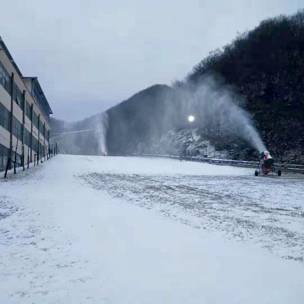 目前,天龙池滑雪世界已经率先开始造雪。