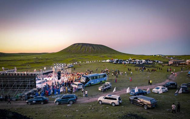 火山草原狂欢节|昼歌摇滚、夜宿星光、赛车越野,乌兰察布3天不眠夜!