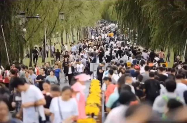 """国庆景区:上海外滩变""""人滩"""" 2天64.5万人次游西湖"""
